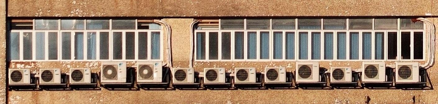 sok kopott klíma egy nagy ház falán